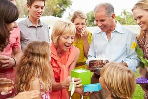 família de várias gerações, comemorando o aniversário no jardim