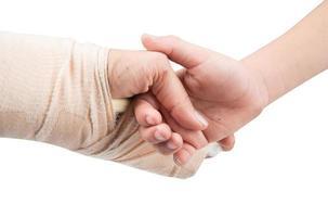 mãe tala mão com segurando a mão do filho juntos foto