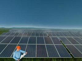 engenheiro na estação de painel solar foto