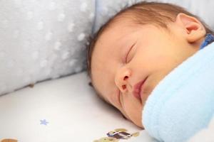 recém-nascido dormindo foto