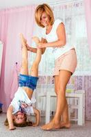 mulher brincando com a filha dela. foto