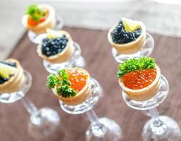 sanduíches com caviar preto e vermelho foto