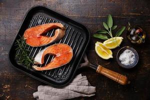 bife de salmão cru na panela de grelhar foto