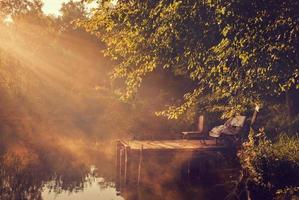 luzes da manhã no lago foto