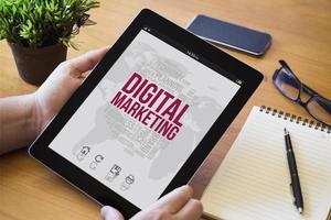 tablet de mesa de marketing online foto