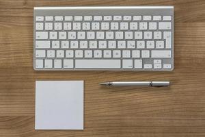 teclado moderno em uma área de trabalho foto
