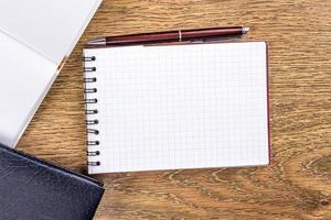 caderno aberto no fundo da área de trabalho foto