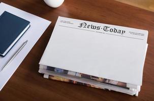 jornal em branco na área de trabalho foto