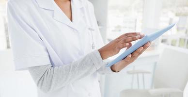 médico usando um tablet pc