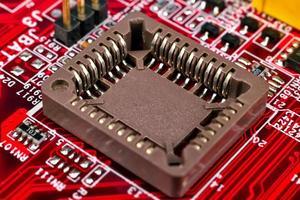 placa de circuito vermelha com processadores foto