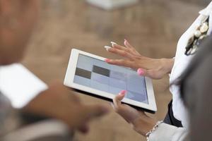 mãos de uma mulher casual, segurando um tablet digital.