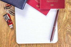 caderno aberto na página em branco sobre fundo de mesa de madeira foto