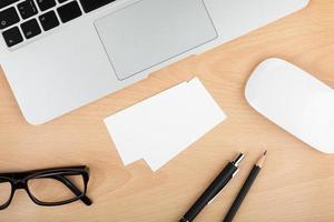cartões de visita em branco na mesa de escritório de madeira