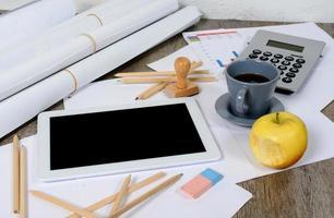 tablet digital com um café e uma maçã foto