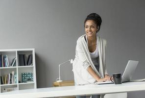 jovem mulher no escritório