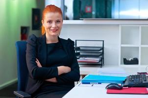 mulher de negócios atraente no cubículo de escritório foto