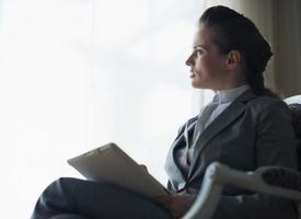 silhueta de mulher de negócios pensativo com tablet pc foto