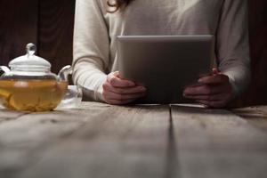 tela do pc tablet digital na mesa de madeira foto