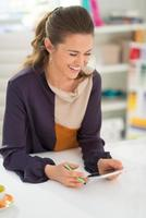 designer de moda com tablet pc no escritório foto