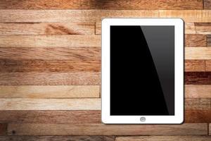 tablet pc em fundo de madeira foto