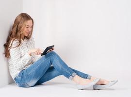 aluna de beleza jovem com tablet foto