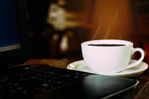 café com labtop foto
