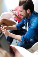 jovem empresário, usando o telefone celular. foto