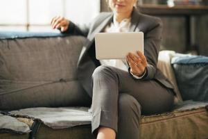 closeup na mulher de negócios em apartamento e usando o tablet pc