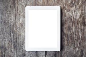 tablet digital em branco sobre uma mesa de madeira, mock up foto