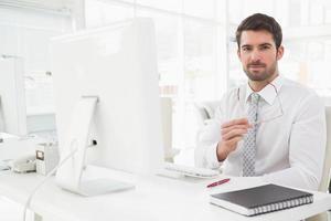 empresário sorridente bem vestido sentado foto
