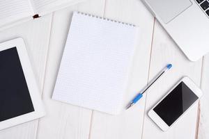 negócios no local de trabalho. laptop, tablet pc, telefone celular, caderno, p