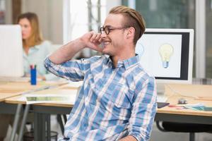 editor de fotos usando telefone celular no escritório