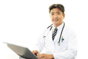 médico trabalhando no pc foto