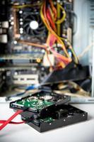 dois discos rígidos e cabos vermelhos com placa-mãe no fundo foto