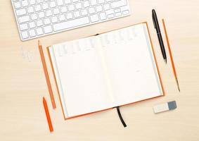 mesa de escritório com o bloco de notas em branco e suprimentos