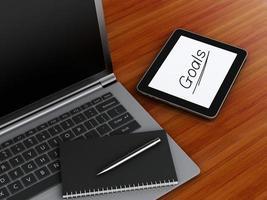 local de trabalho com tablet digital, laptop pc e bloco de notas com caneta. foto