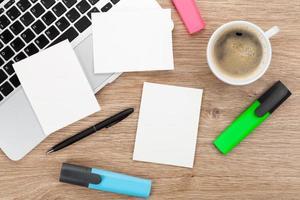 molduras instantâneas em branco sobre a mesa de escritório foto