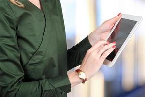 busineswoman segurando e trabalhando com um tablet digital foto
