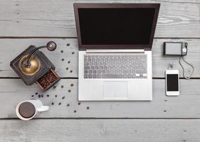 espaço de trabalho em uma mesa de madeira de cima foto