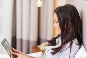 empresária feliz com tablet pc no quarto de hotel