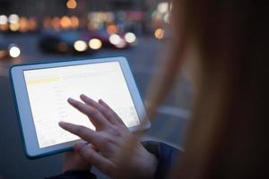 mulher tocando a tela do tablet