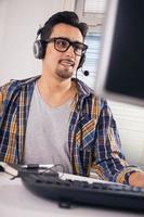 jovem engenheiro de software foto