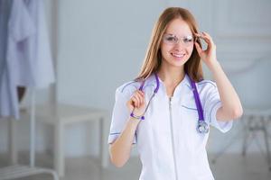 sorridente médico de família mulher com estetoscópio. cuidados de saúde.