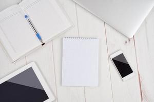 negócios no local de trabalho. caderno vazio em branco, laptop, tablet pc, mob