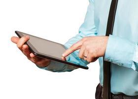 empresário monitorando gráficos do mercado de ações em seu tablet foto