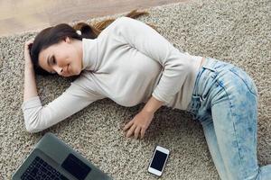 mulher jovem e bonita trabalhando em seu laptop em casa. foto