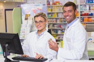 equipe de farmacêuticos, olhando para a câmera foto