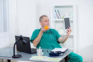 médico é fotografado em seu escritório