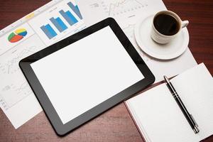 tablet vazio e uma xícara de café no escritório foto