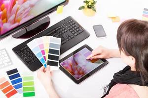 designer gráfico no trabalho. amostras de cores.